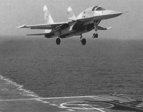 8а.Су-33КУБ заходит на посадку на палубу.