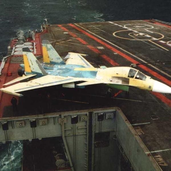 8б.Су-33КУБ на палубе.