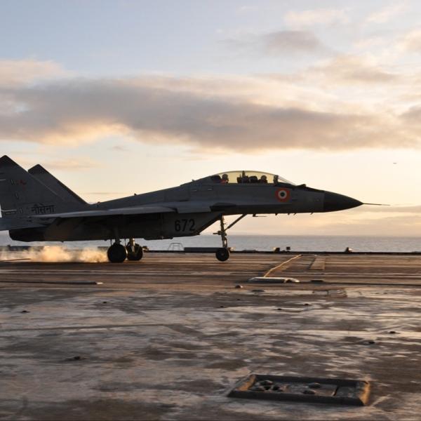 9.МиГ-29КУБ для ВМС Индии выполняет посадку на палубу.