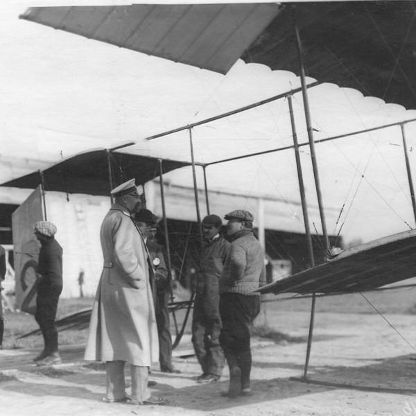 Авиатор И.М.Заикин у своего аэроплана беседует с Великим князем Николаем Михайловичем.