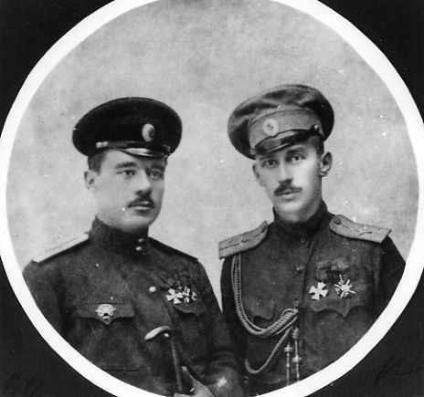 Летчик подпоручик Иванов и лет-наблюдатель поручик Алексеев (справа).