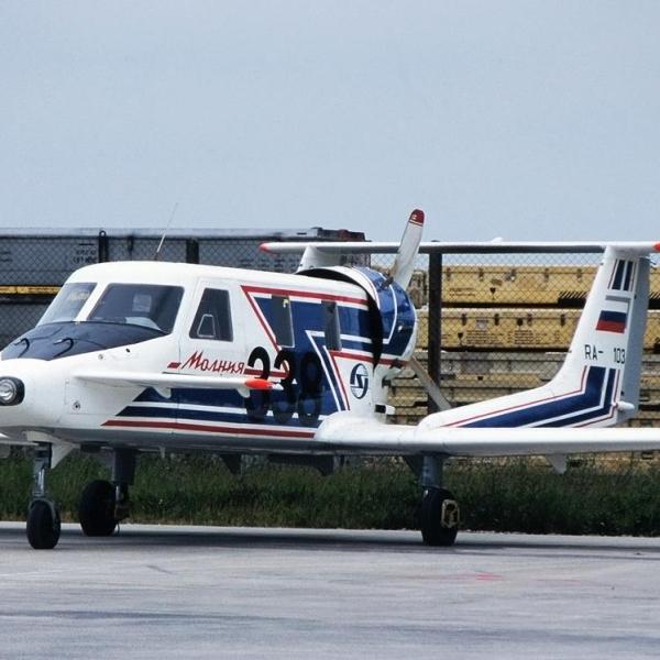 1.Самолет Молния-1 на стоянке.