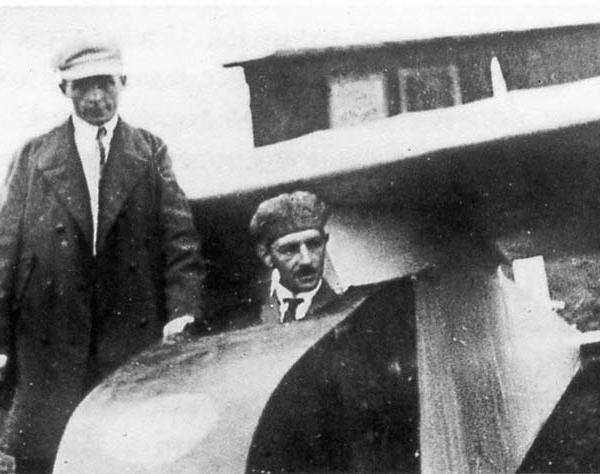 2.С.В.Ильюшин у планера АВФ-21 (в кабине К.К.Арцеулов).