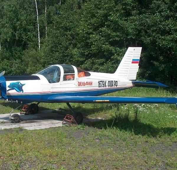 2.Самолет Дельфин-4 на стоянке.