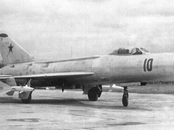 2.Су-11 борт №10 с ракетами К-8М.