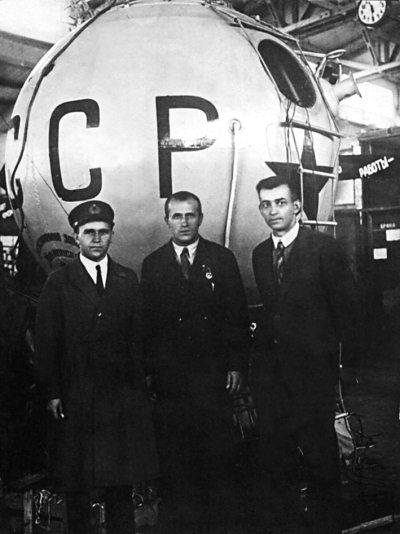 2.У гондолы стратостата СССР-1 слева направо В.И.Лапинский, В.А.Чижевский, Н.Н.Каштанов.