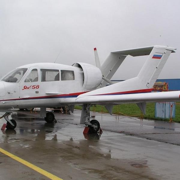 2.Як-58 на стоянке.