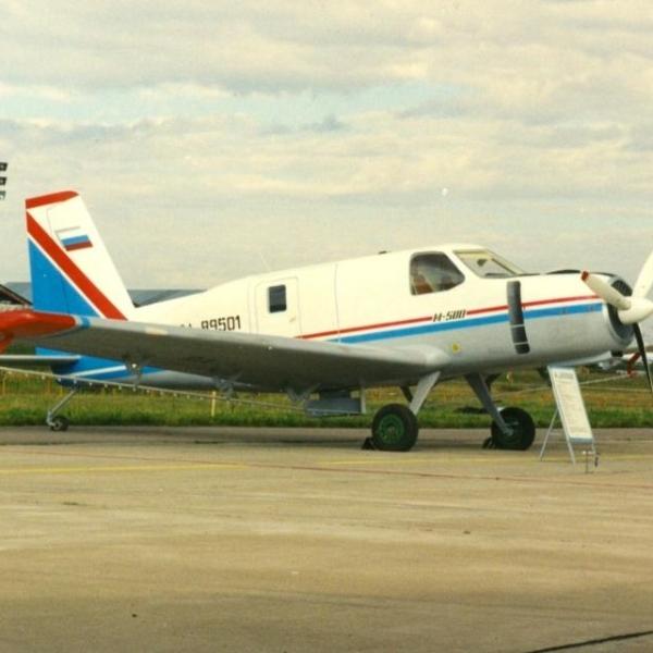 3.Самолет М-500 на стоянке.