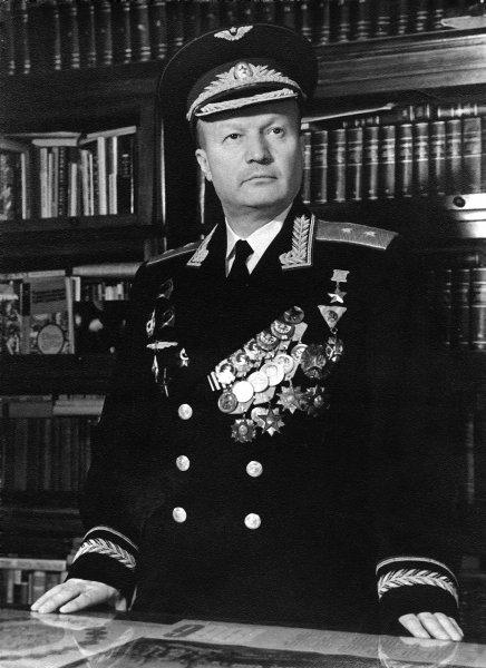 4.Генерал-лейтенант авиации Каманин Николай Петрович.