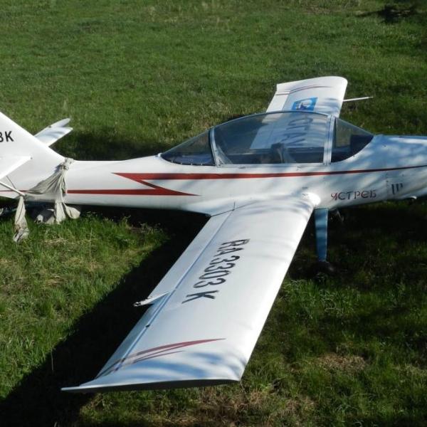 4.Легкий самолет Ястреб на стоянке.
