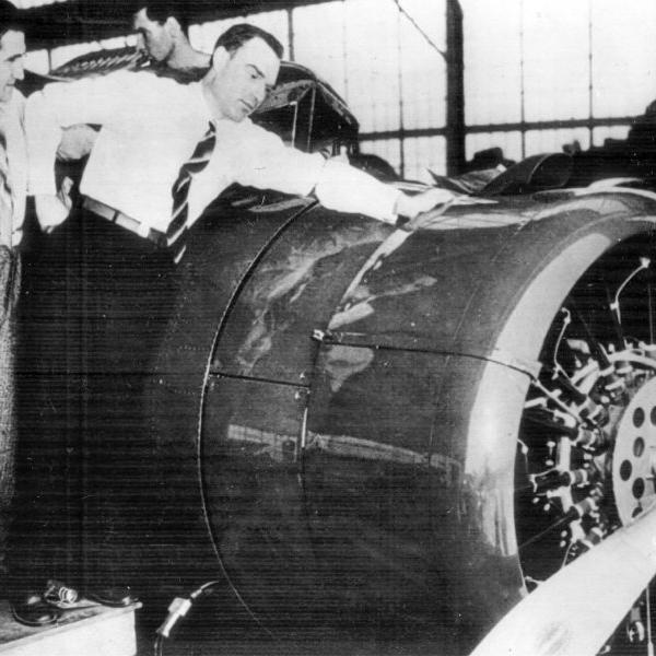 4.С.Леваневский и В.Левченко осматривают самолет Валти V-JAS.