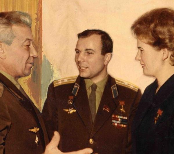 5.Ляпидевский с космонавтами Гагариным и Терешковой.