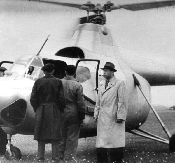 5.М.Л.Миль во время летных испытаний вертолета Ми-1. 1950 г.