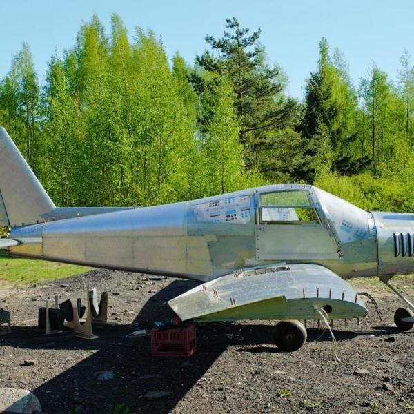 5.Самолет Дельфин-5 на стоянке.