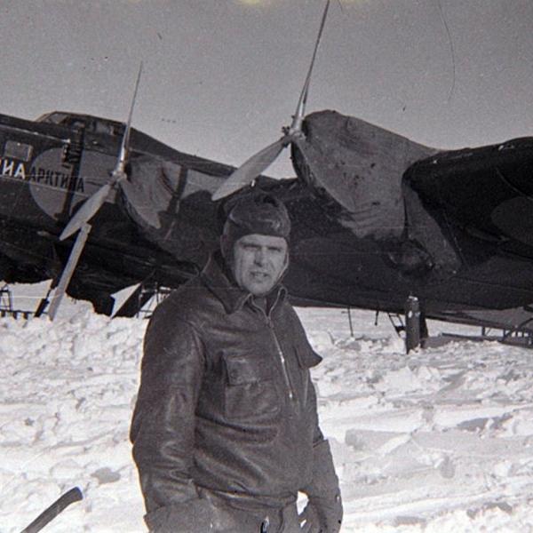 5.Водопьянов на фоне самолета АНТ-6 на Северном полюсе. 21 мая 1937 года.