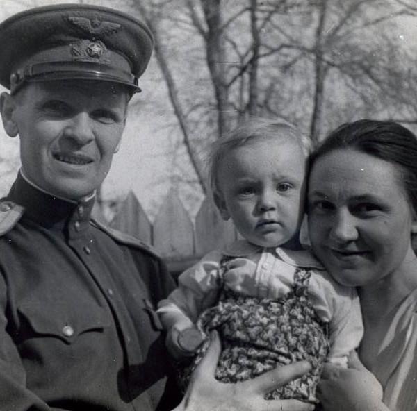 П.В.Цыбин с женой и сыном. Москва, май 1944 г.