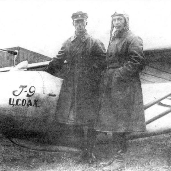 В.А.Степанчонок и В.К.Грибовский у планера Г-9.