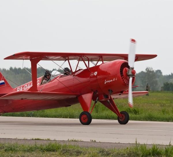 2.Легкий пилотажный самолет Ф-1 Фаворит.