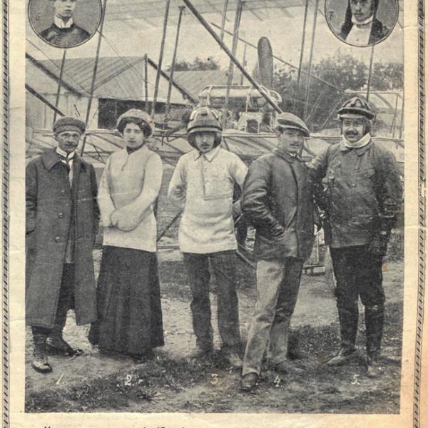 2.Лидия Зверева с курсантами и инструкторами авиашколы на аэродроме в Гатчине. 1910 год.