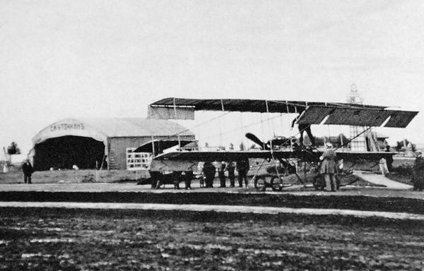 2.Самолет Фарман-IV и ангар С.И.Уточкина на московоком ипподроме. Май 1910 г.