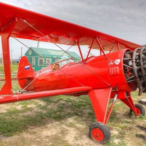 3.Самолет Ф-1 Фаворит с раскапотированным двигателем.