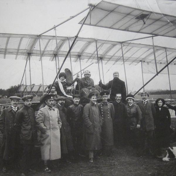 4.П.В.Евсюков на Фармане, в центре, слева Л.В.Зверева, первая авиатрисса России.