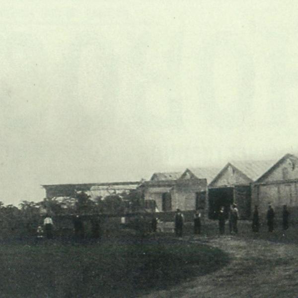 4.Первые постройки завода А.Анатра, 1912 г. На стене ближайшего ангара видны буквы ОАК (Одесский аэроклуб).