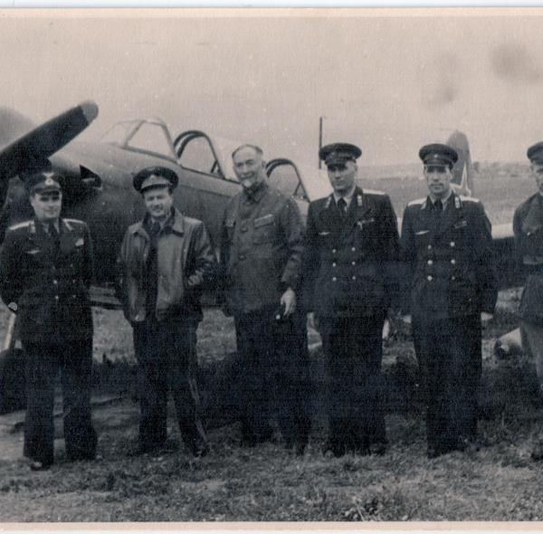 5.Б.И.Россинский с летчиками у самолета Як-18.