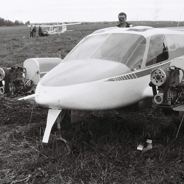 5.И-2 Импульс с раскапотированными двигателями.
