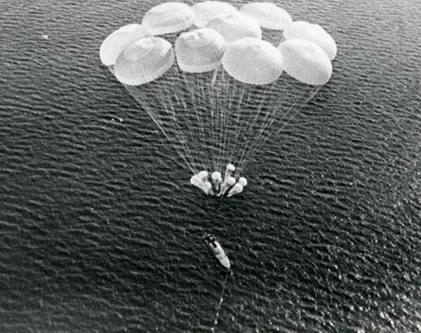 5.Спуск катера Гагара на парашютах.