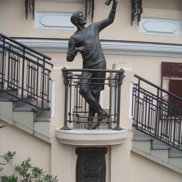6.Памятник Сергею Уточкину в Одессе, расположенный по адресу ул. Дерибасовская 22.