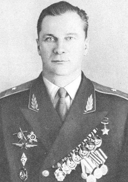 1.Генерал-майор авиации Герой СССР А.И.Гусев.