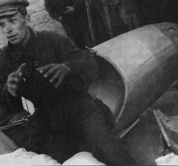 1.С.Н.Анохин после полета на разрушение планера в воздухе.