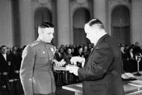 2.Н.М.Шверник вручает орден Ленина и медаль Золотая Звезда И.Т.Иващенко.