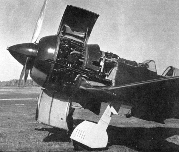 3.И-185 М-71(эталон) с раскапотированным двигателем.