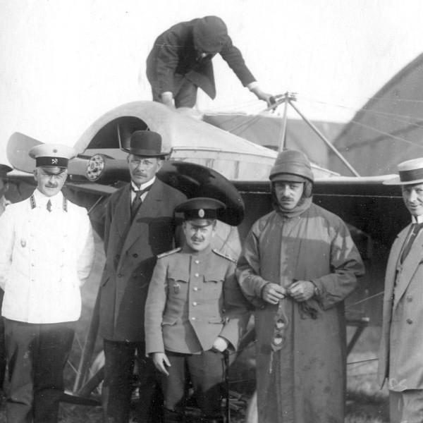 4.Военный летчик П.А.Самойло (в центре) на конкурсе военных аэропланов 1913 года.