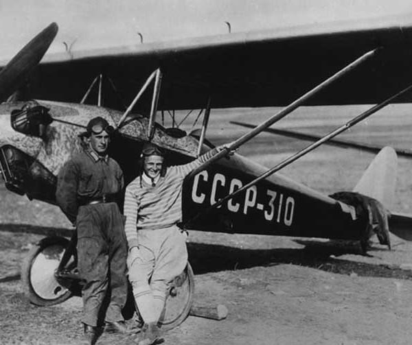 Летчик Д.А.Кошиц (справа) и механик Б.Н.Подлесный у самолета АИР-3
