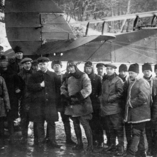 Летчик-испытатель В.Н.Филиппов рядом с Н.Н.Поликарповым и рабочими авиазавода на испытаниях МР-1.