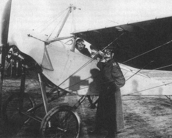В кабине самолета МБ Ш.Жильбер и Ф.Моска, у самолета к-н Быстрицкии.