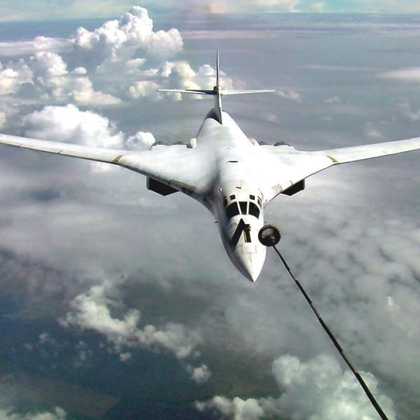 4а.Ту-160 готовится к дозаправке.