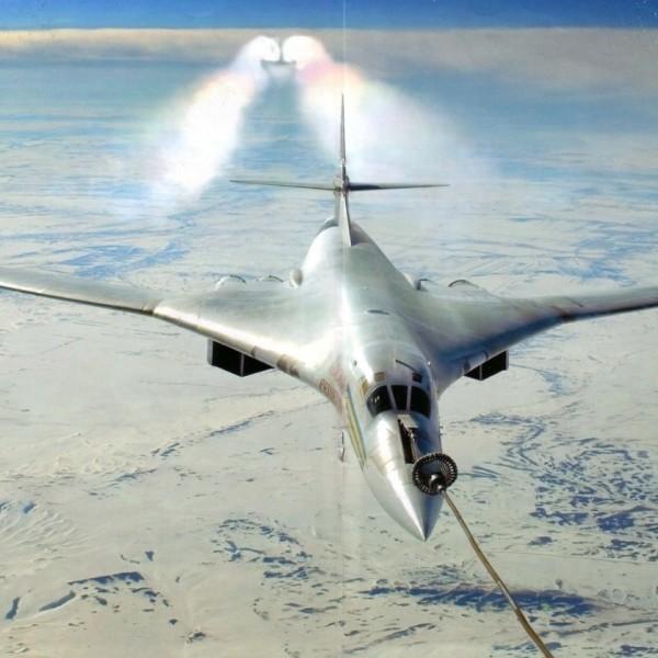 4б.Ту-160 готовится к дозаправке.