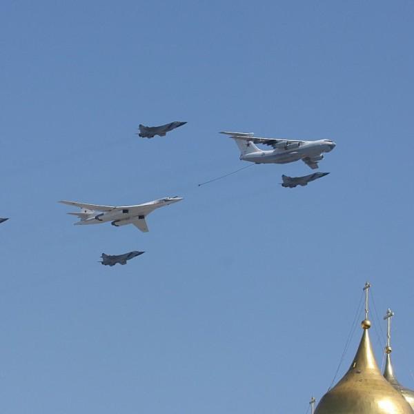 4д.Ту-160 в сопровождении звена МиГ-31 имитирует дозаправку от Ил-78.