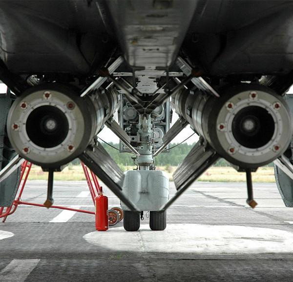 6.Ракеты Р-33 под МиГ-31. Вид сзади.