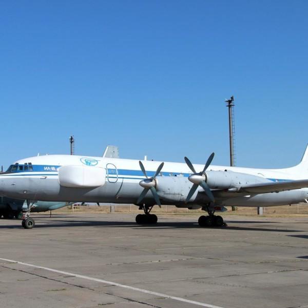 1.Ил-22ПП на стоянке.
