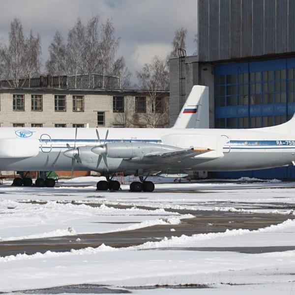 2.Ил-22ПП на стоянке.