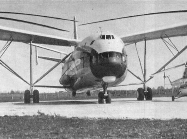 4.Ми-12 на стоянке. Рядом вертолет Ми-2.