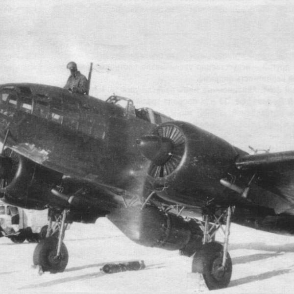 Ил-4Т с миной АМГ-1 перед боевым вылетом на минную постановку.
