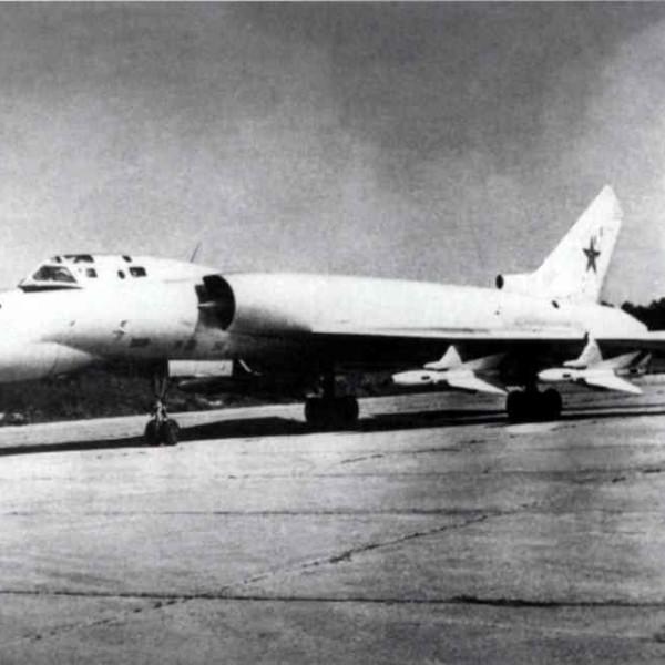 1.Опытный образец учебно-тренировочного самолета Ту-128УТ.