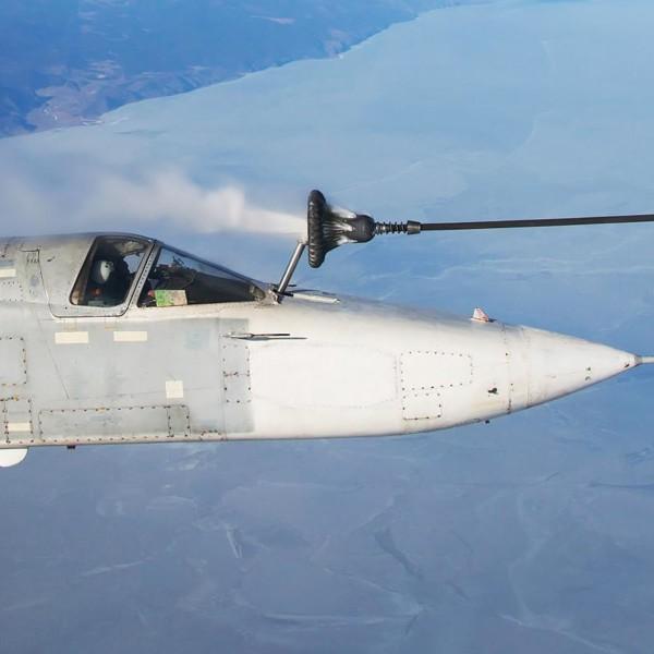 Су-24МР производит дозаправку в полете.