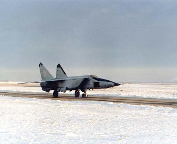 4.МиГ-25РБС на рулежке.